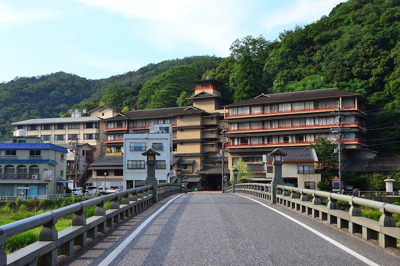 鳥取・三朝温泉「三朝薬師の湯 万翆楼」は源泉かけ流しの老舗旅館