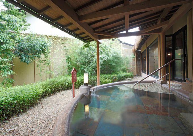 大浴場「お薬師さま乃湯」は木の温もりが漂う源泉かけ流し