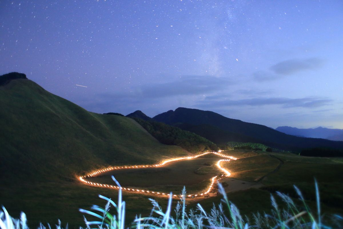 奈良・ススキの名所「曽爾高原」で山灯りと星空を満喫!