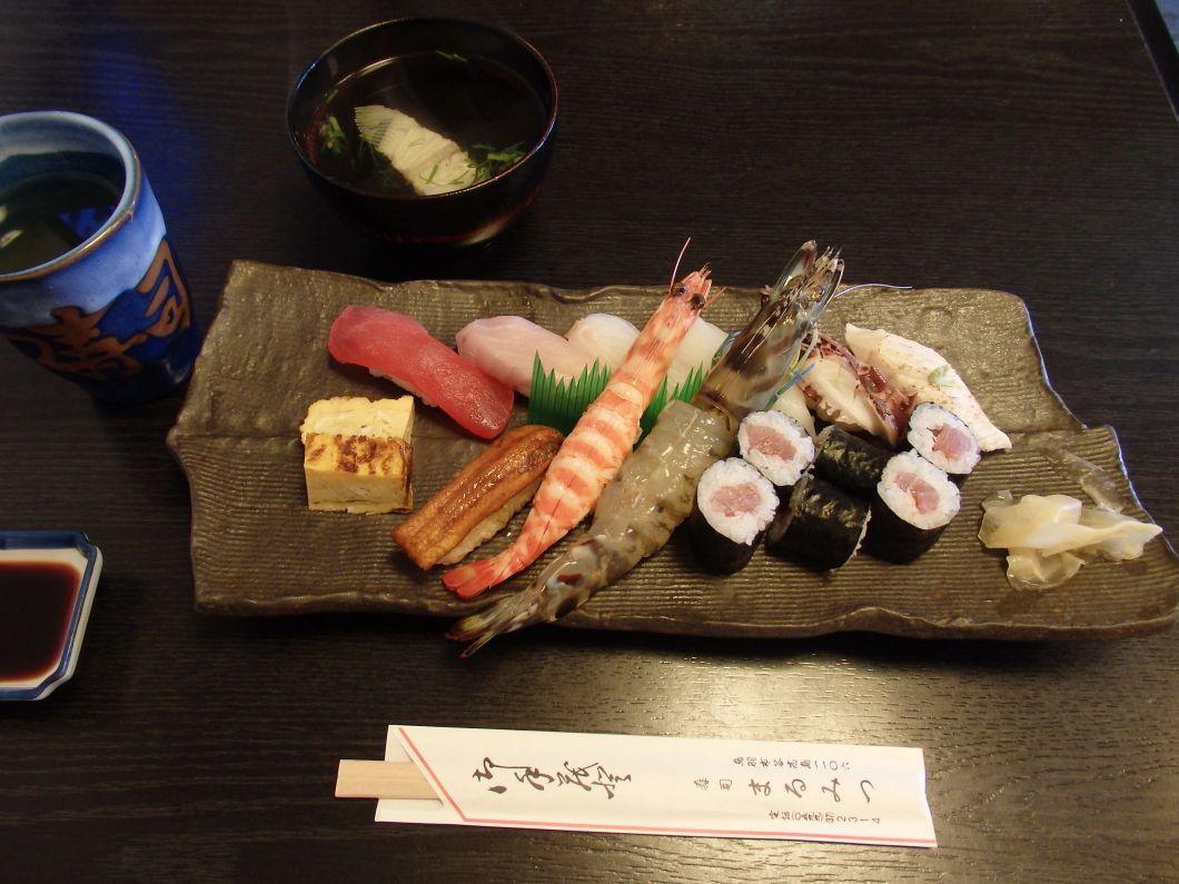 和具の「まるみつ寿司」で新鮮な海の幸をいただく