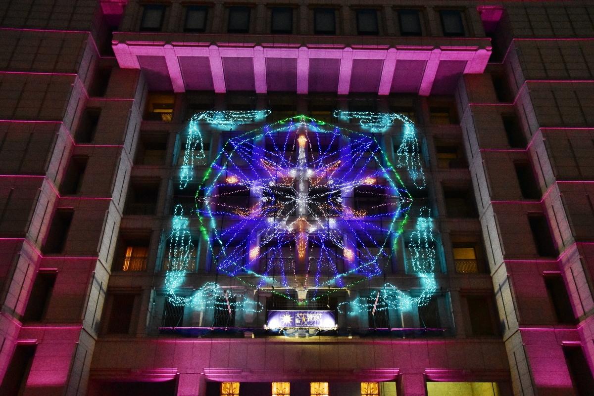 スタートは、大阪市庁舎正面イルミネーションファサードから
