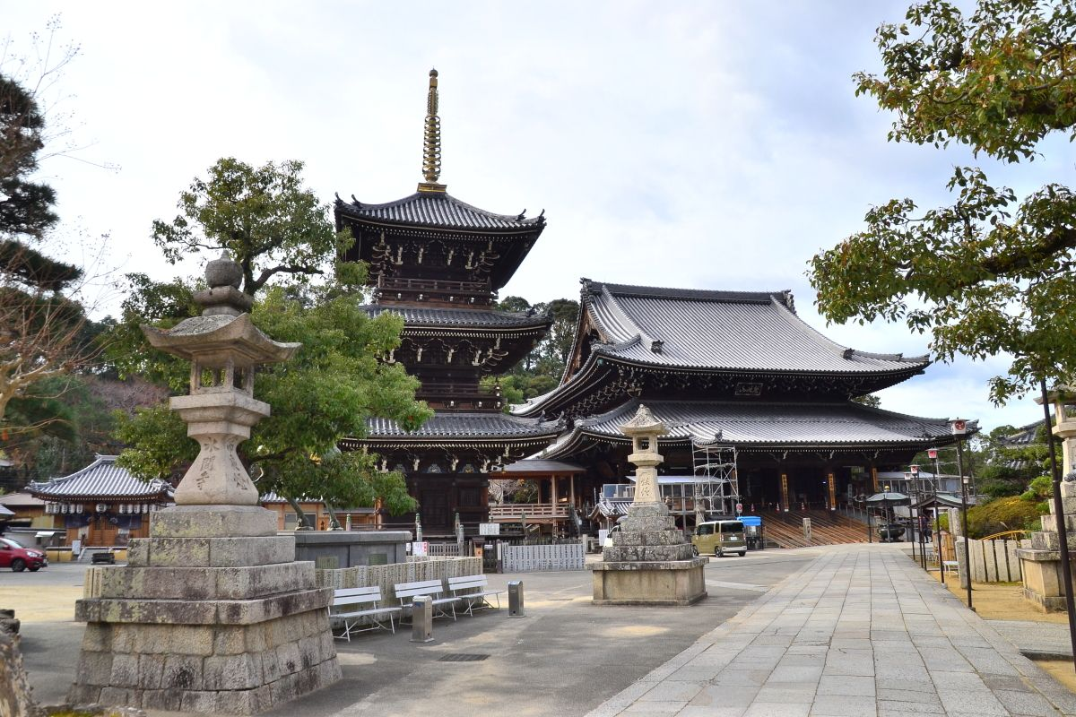 水間観音駅は厄除けや恋愛成就で知られる水間寺への玄関口
