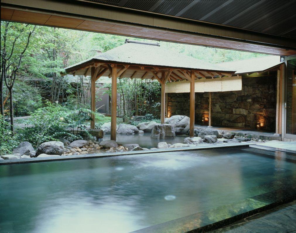 野趣あふれる露天風呂とジャグジー「月下の湯」