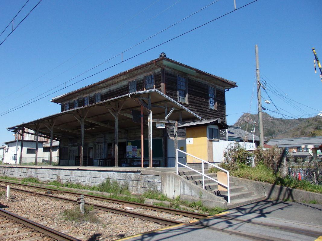 威風堂々とした貫禄のある「新八日市駅舎」