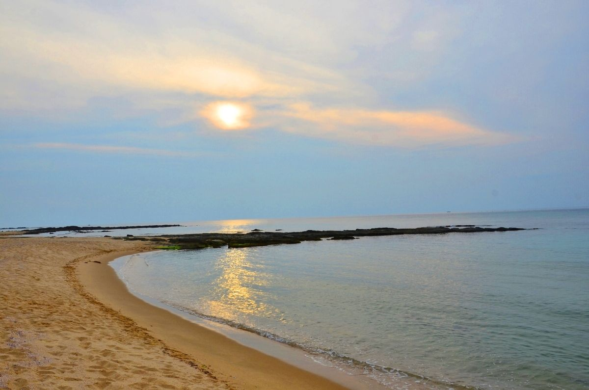 """""""鳴き砂""""の浜で知られる「琴引浜」の荘厳な夕日"""