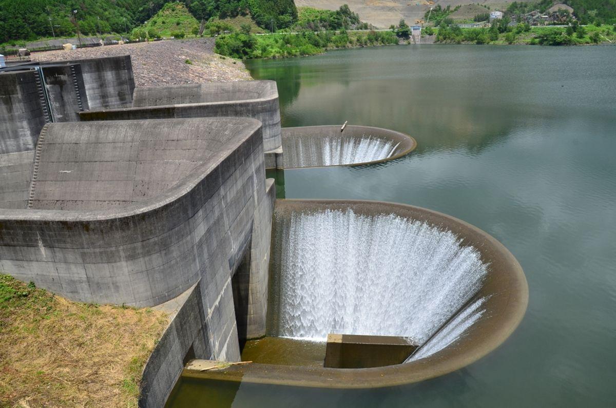 """まるで巨大なアート!滋賀・青土ダムの唯一無二の""""洪水吐"""""""