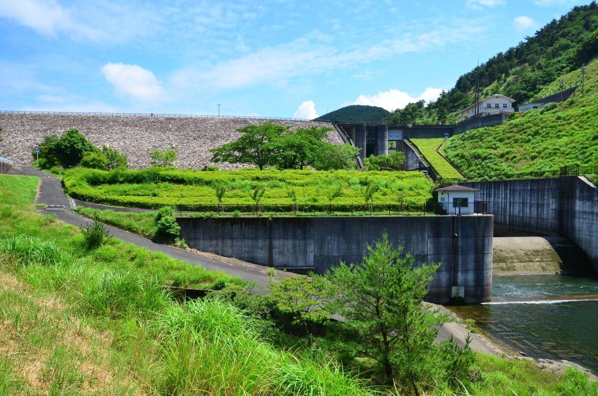 ダム下流多目的広場からは青土ダムの全景も