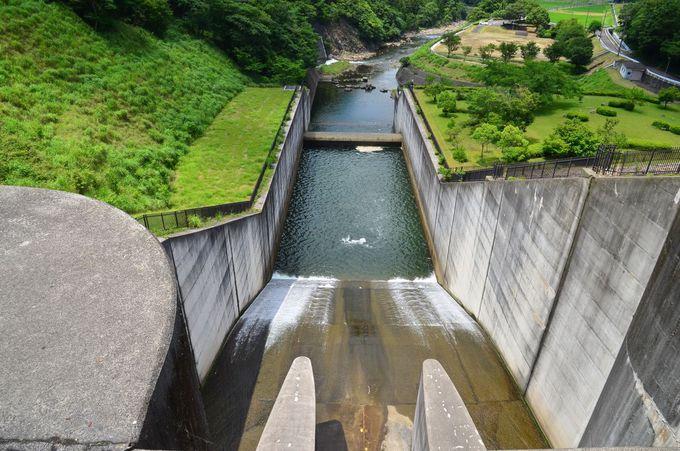 青土ダムは岩石や土砂を積み上げて造られた「ロックフィル」