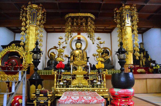 金色に輝く阿弥陀三尊を祀る「阿弥陀堂」