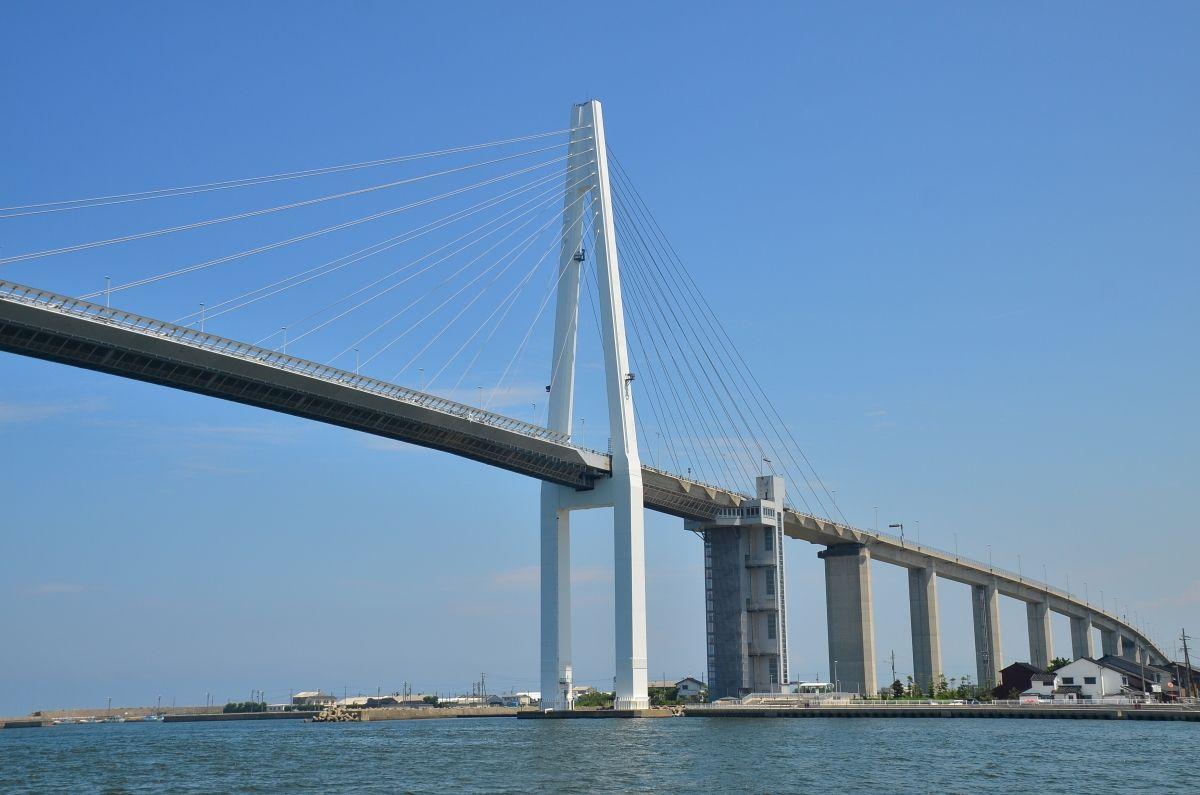 日本海側最大の斜張橋「新湊大橋」の威容