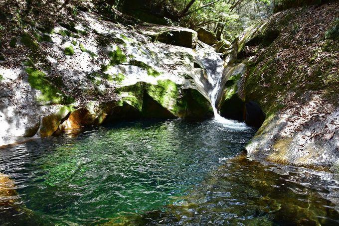 エメラルドグリーンの滝壺が鮮やかな「龍鎮の滝」