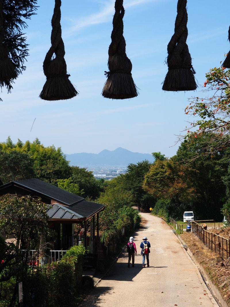 彼岸花と万葉歌碑めぐりのハイキングの起点「桧原神社」