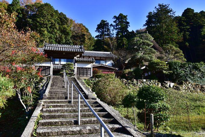 四季折々の花が白砂の枯山水庭園を彩る「萬徳寺」