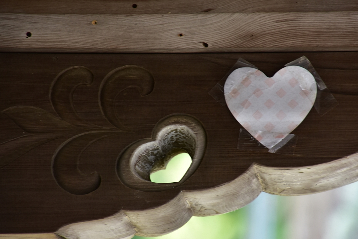 ハートの彫り物「猪目」を探すのも楽しい