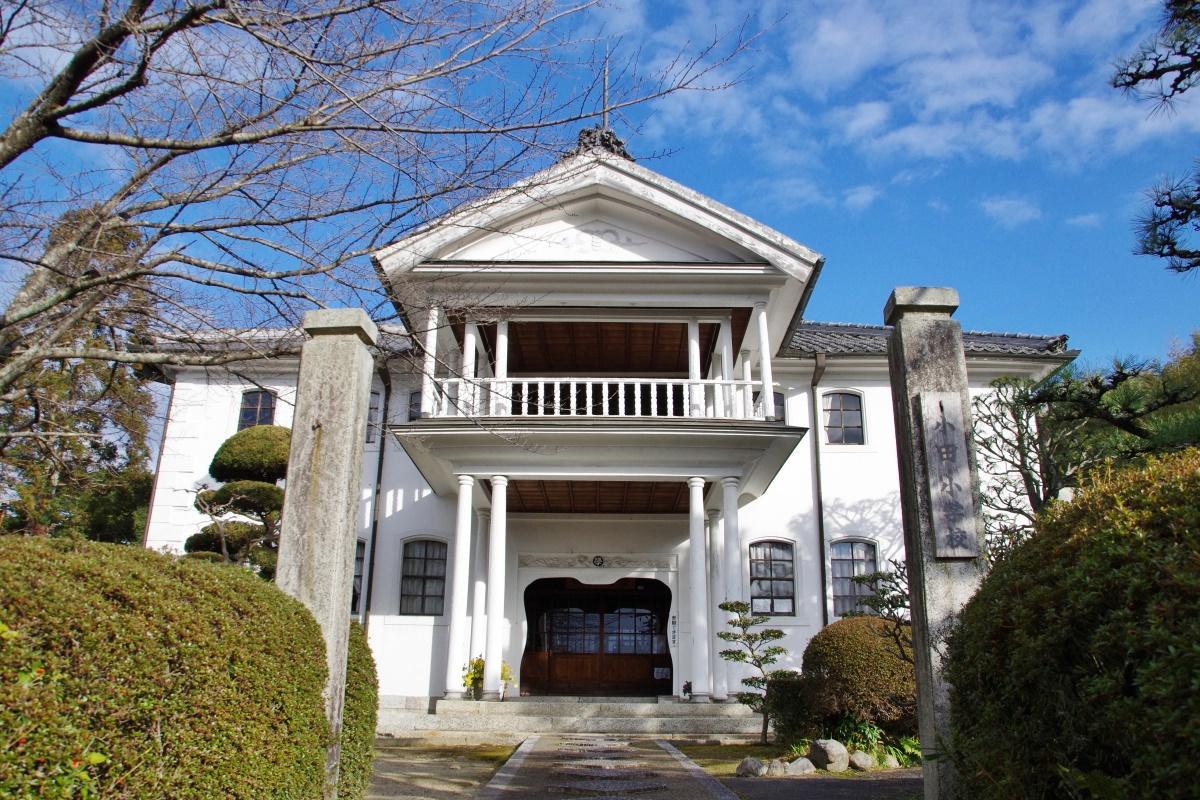 伊賀の歴史的建造物「史跡旧崇広堂」と「旧小田小学校本館」
