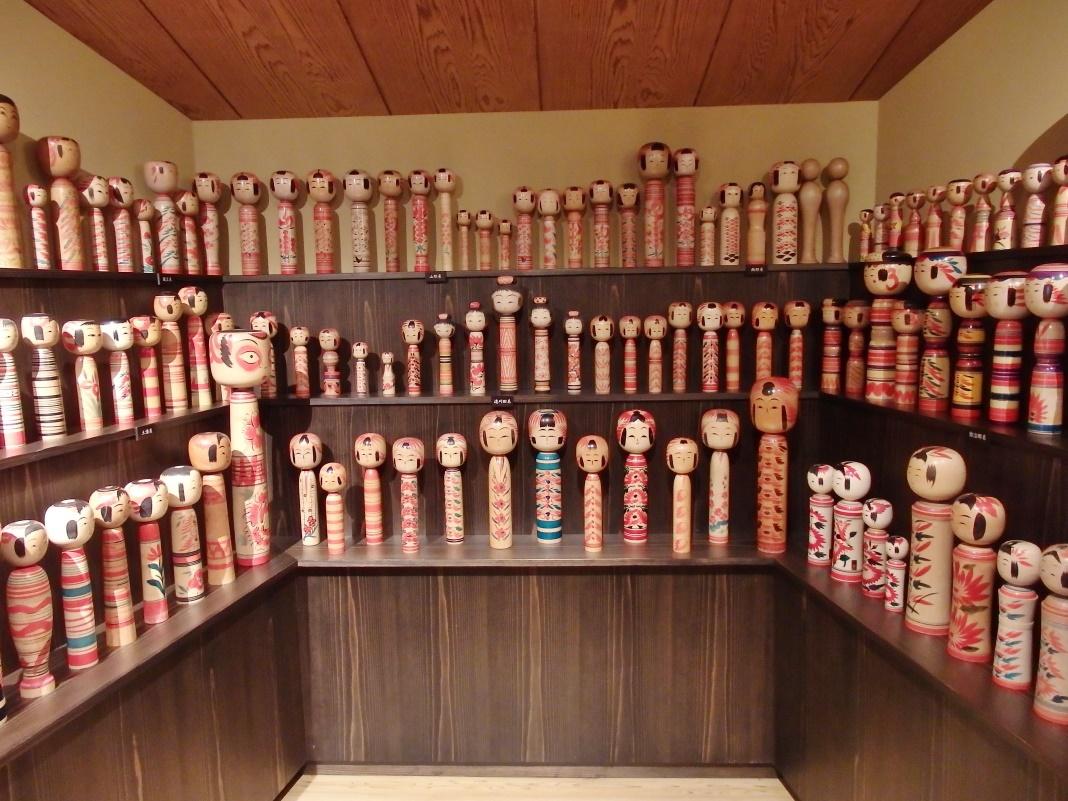 さまざまな工芸的手法を使って作られた日本人形たち