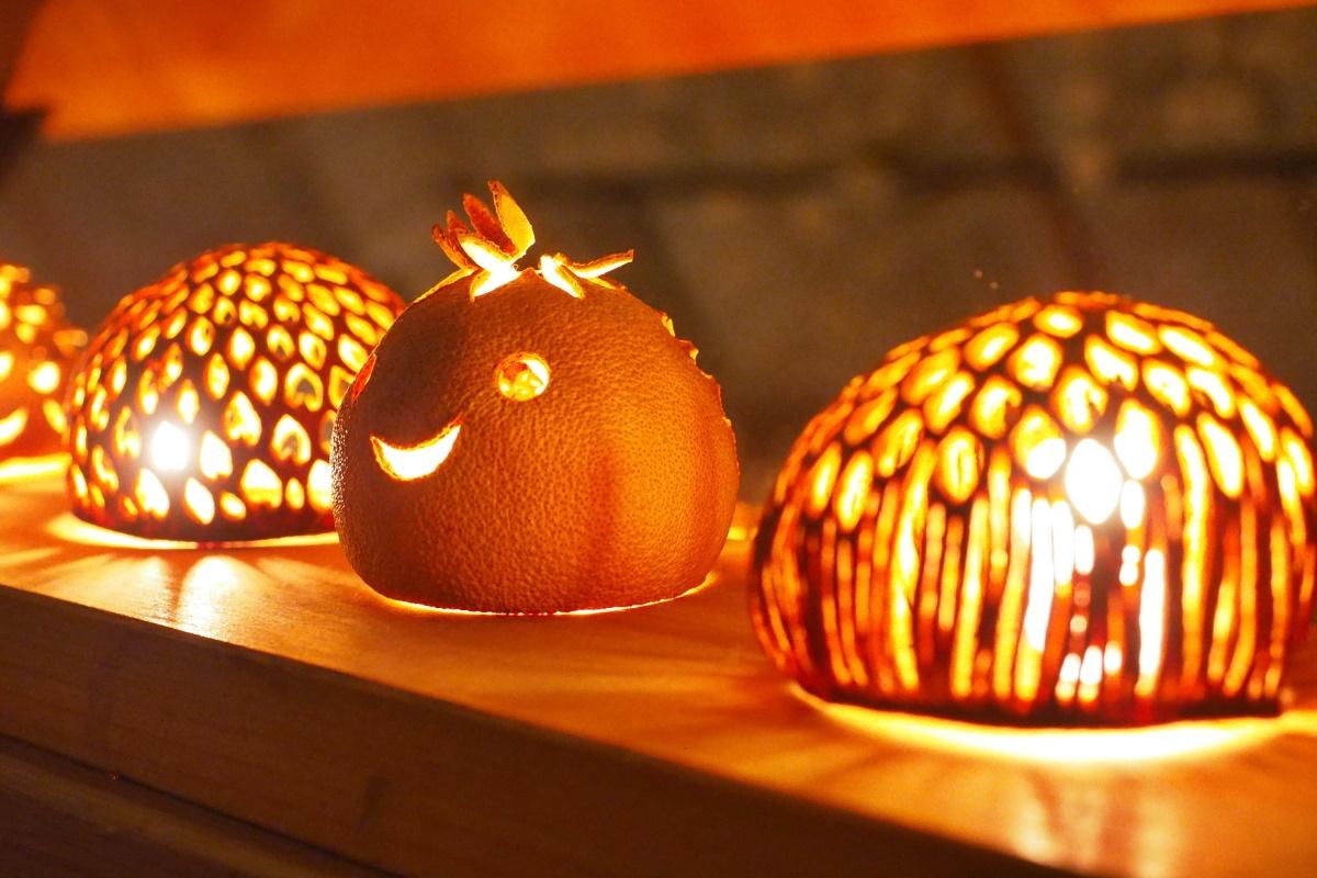 フルーツの皮で作られたランタンがまばゆい