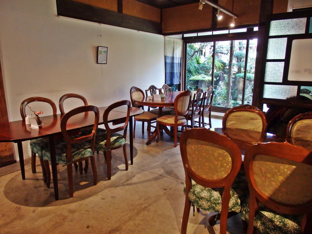 アンティーク調の椅子とテーブルがやすらぎの空間を演出