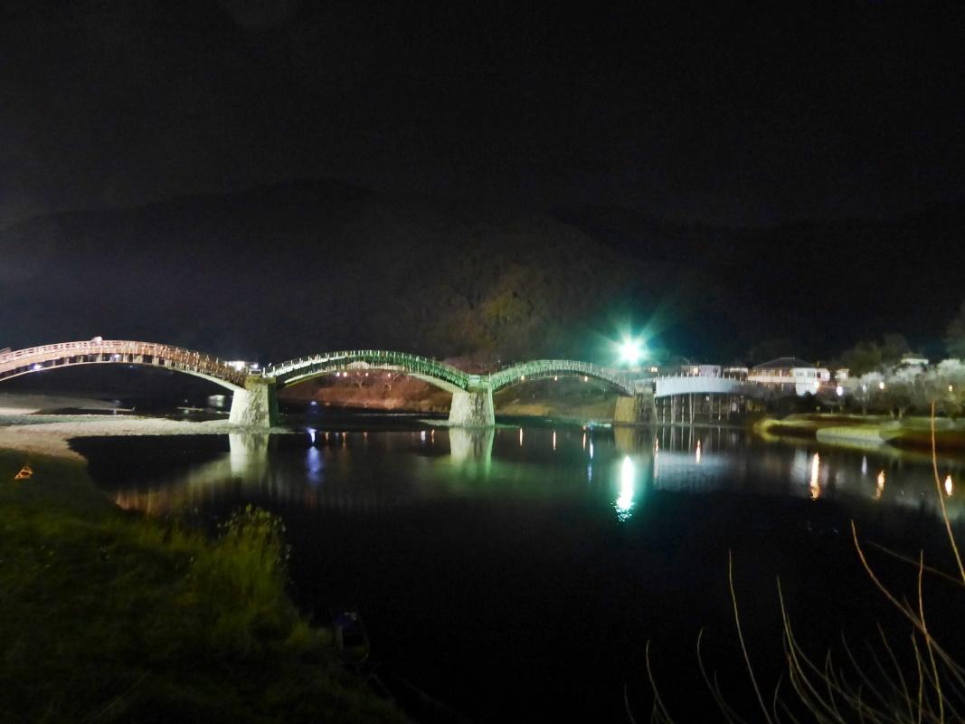ライトアップされ幻想的な夜の錦帯橋の散策もおすすめ