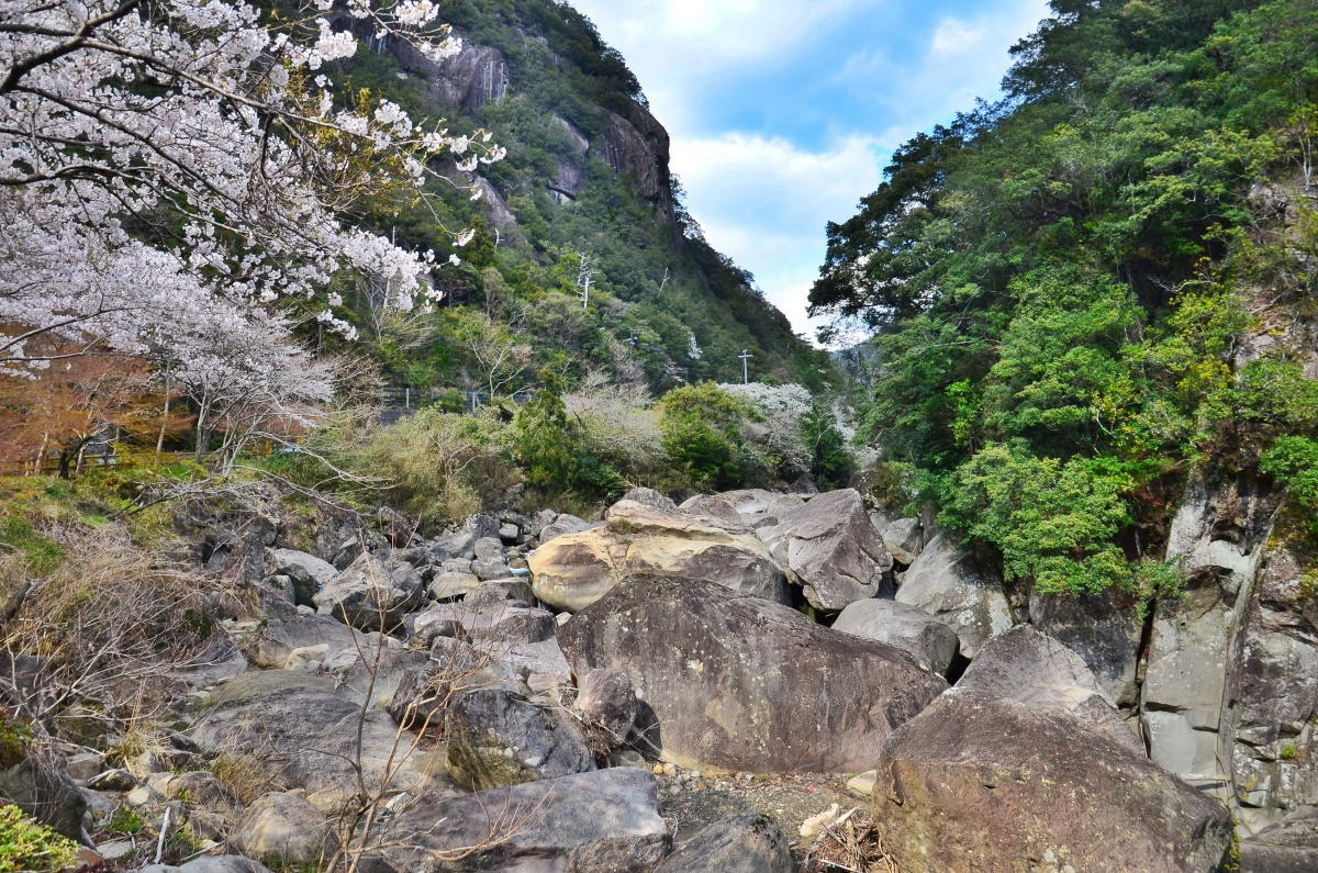 「奇絶峡」は巨岩・奇岩が連なる景勝地