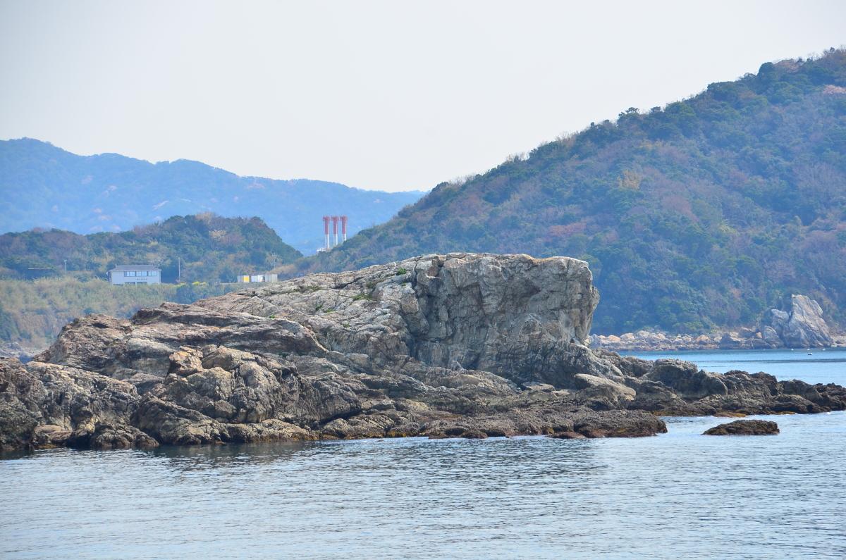 海岸に屹立する白崎海岸のシンボル「立厳岩」