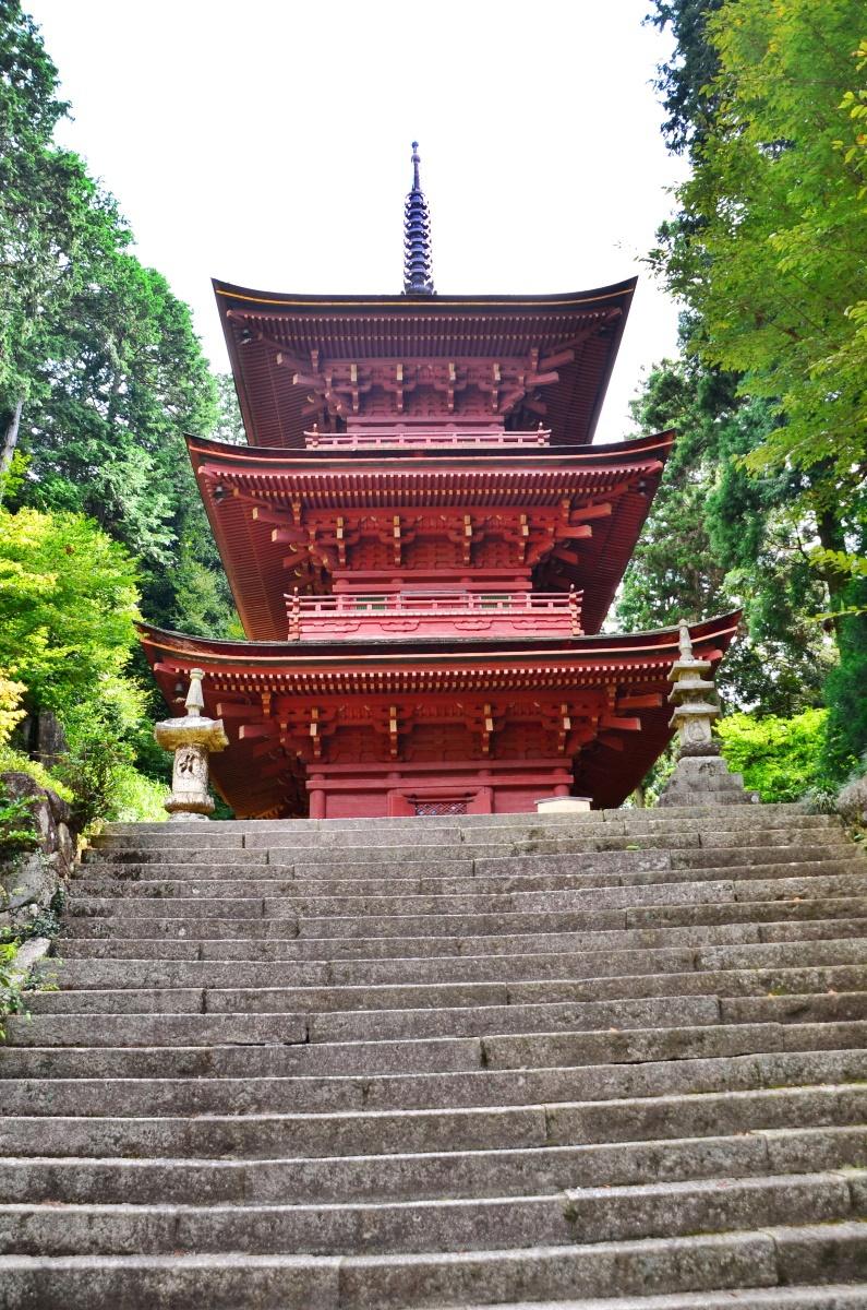 古色蒼然とした長命寺のランドマーク「三重塔」