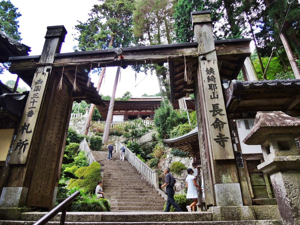 琵琶湖畔を俯瞰する山上に建つ「姨綺耶山 長命寺」