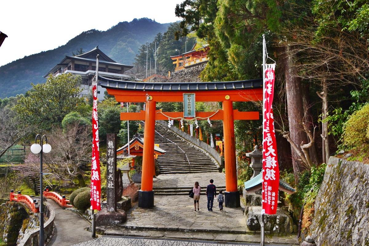 朱色の社殿が鮮やかな熊野三山のひとつ「熊野那智大社」