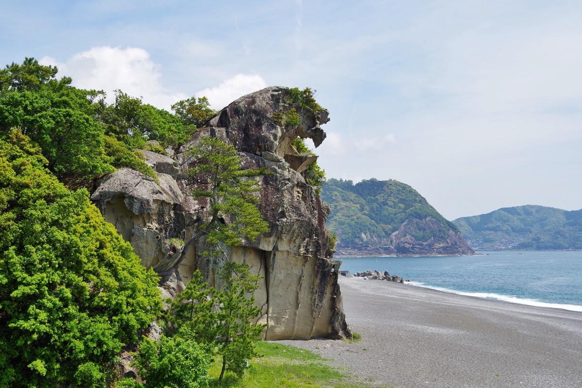 熊野灘に向かって咆哮するかのような「獅子岩」