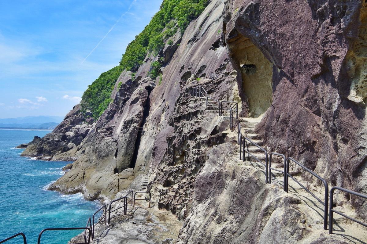 大小無数の洞窟や奇岩が連なる「鬼ヶ城」