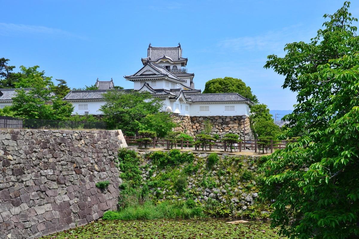 岸和田市のシンボル「岸和田城」と「岸和田だんじり会館」
