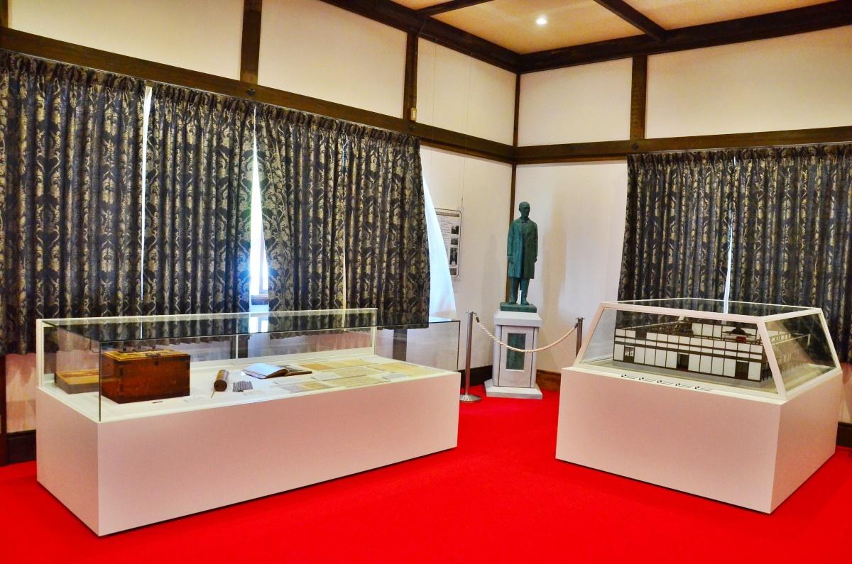 「議長室」では初代議長・浜口悟稜の紹介や議場風景の再現も