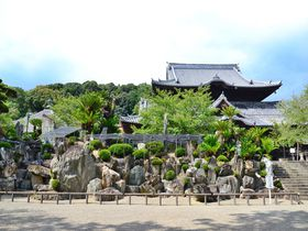 和歌山「粉河寺」は名勝の枯山水庭園と本堂の調和がスゴい!