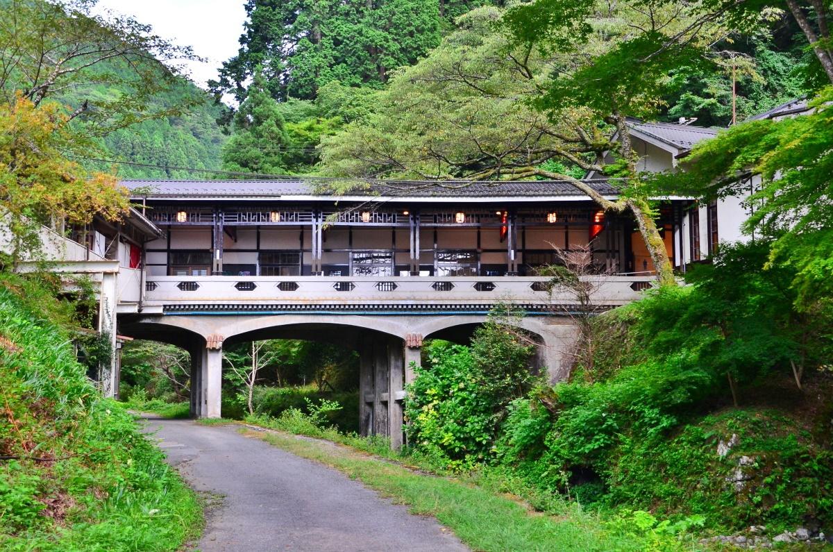 途中下車して駅名の由来となった「極楽橋」へ行ってみよう