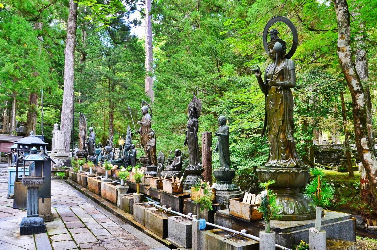 「水向地蔵」に手向け水をそそぎ、ご先祖の冥福を祈ろう