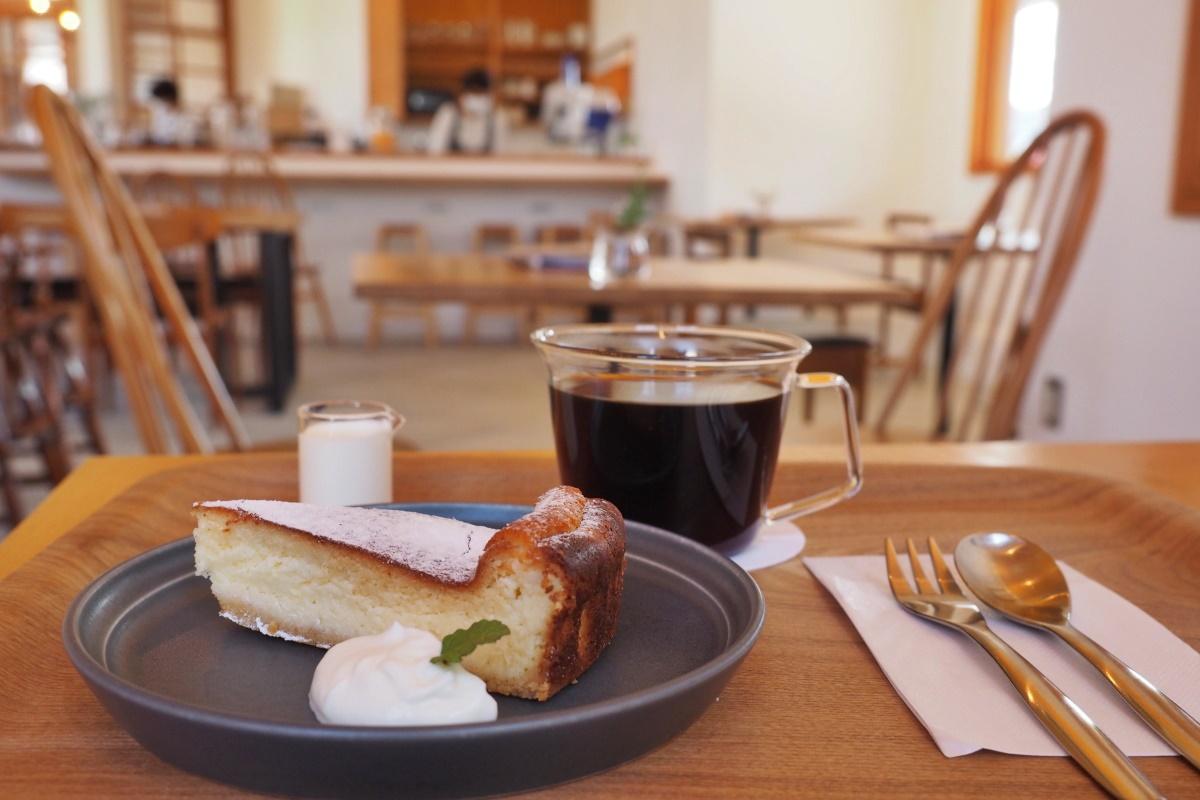コーヒーは「麻」のフィルターで丁寧にドリップ