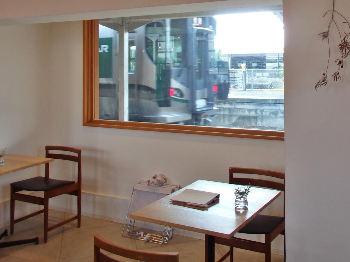 ハテノミドリの特等席は、電車の見える窓際の席