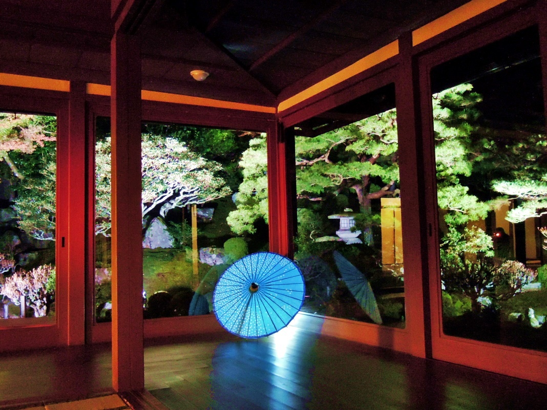 秋の旧竹林院ではライトアップも