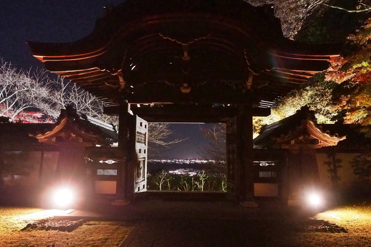 宗祖大師殿の唐門からは、琵琶湖の対岸の夜景が美しい