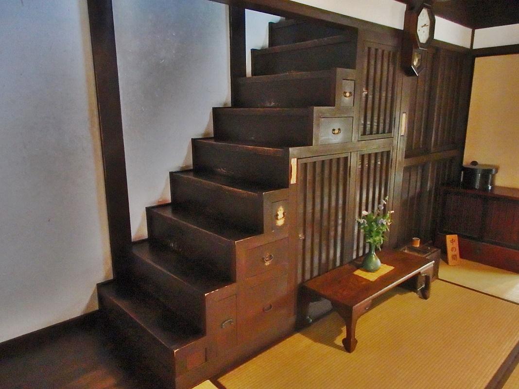 階段の下の空間を有効利用した「箱階段」
