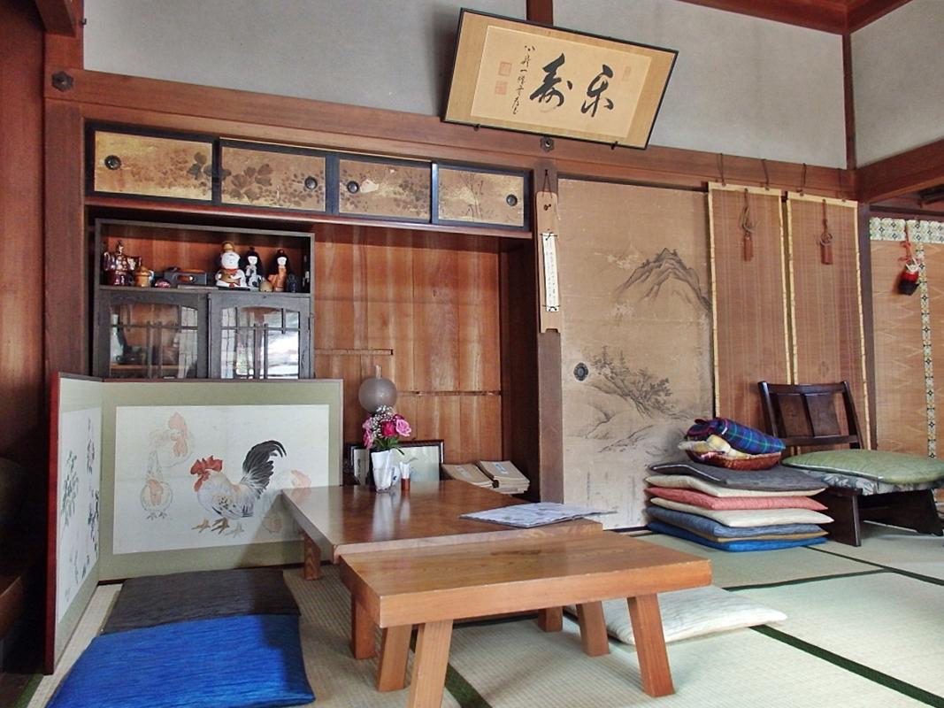 日本昔話の世界に入ったような建具が並んだ室内
