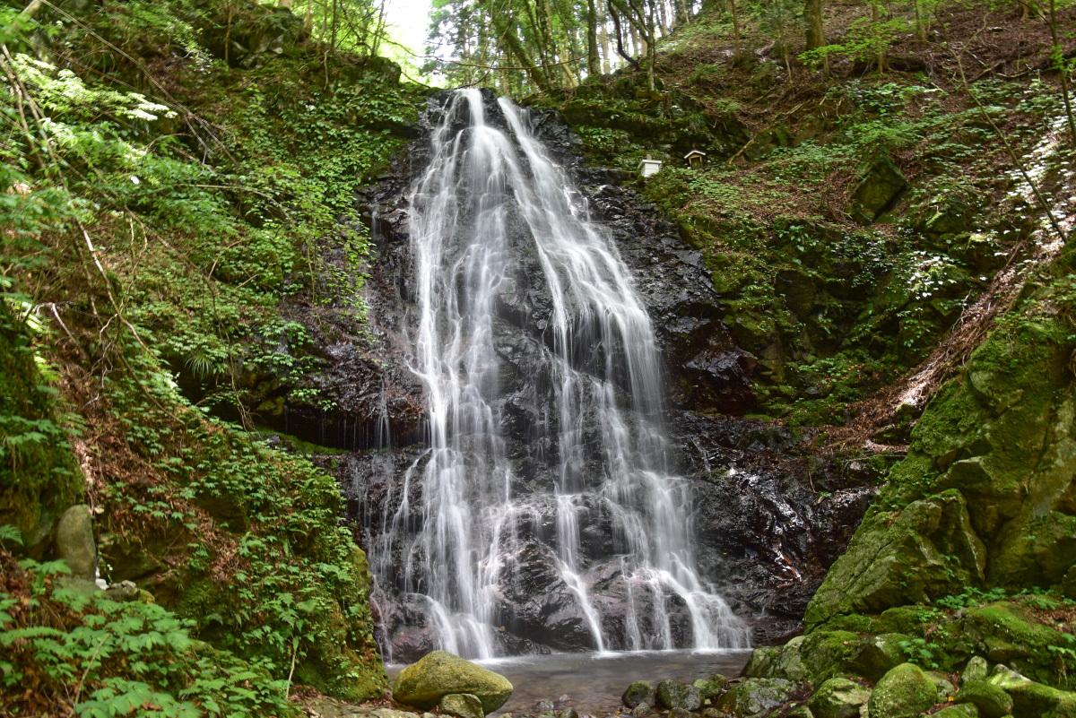 滝口付近から美しい滝の流れを間近に見よう