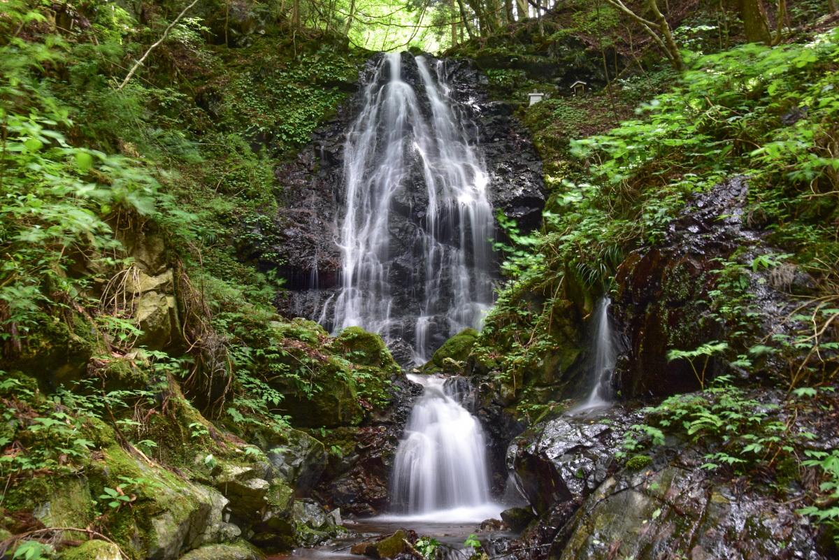 「不動の滝」は三峰山の麓、高さ21メートルの優美な滝