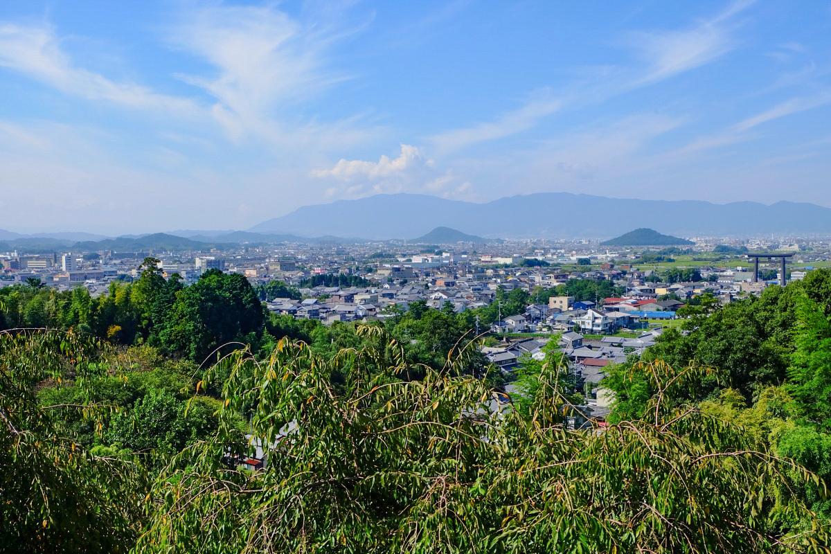 三輪山の稜線を仰ぎ大和三山を一望する「大美和の杜展望台」