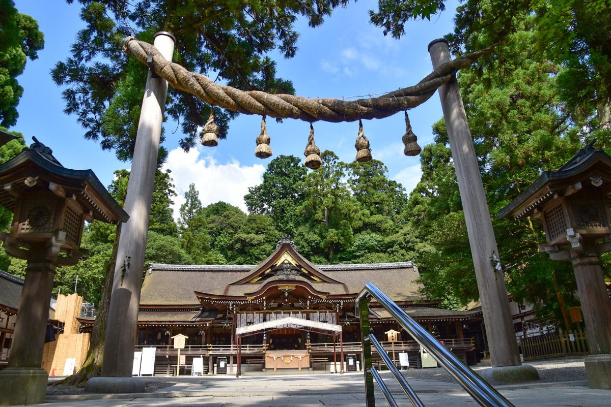 重厚な雰囲気の「拝殿」と独特の形の鳥居も