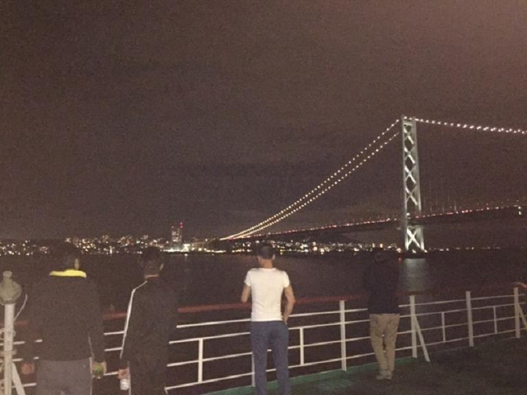 ライトアップの明石海峡大橋の下を通過!