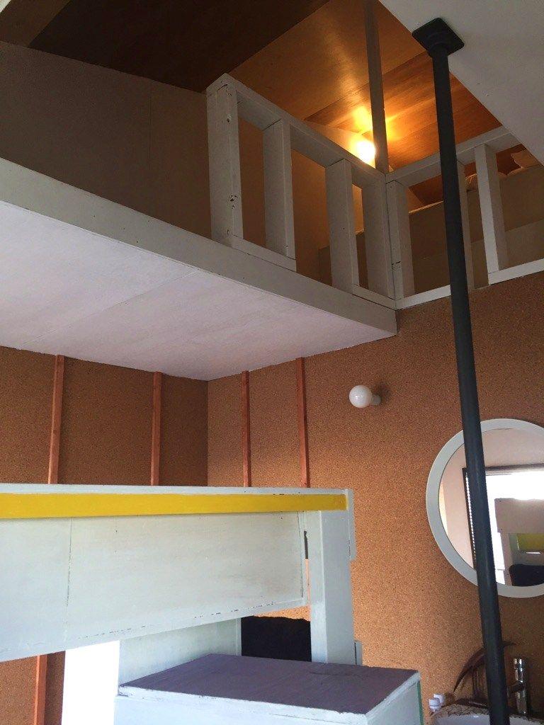 個室はお洒落なロフトも!わくわく探検気分になれる木材が主体の部屋