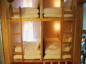 コレ車?二段ベットが楽しい小さなホテル「タイニーズ横浜日ノ出町」が日本初登場