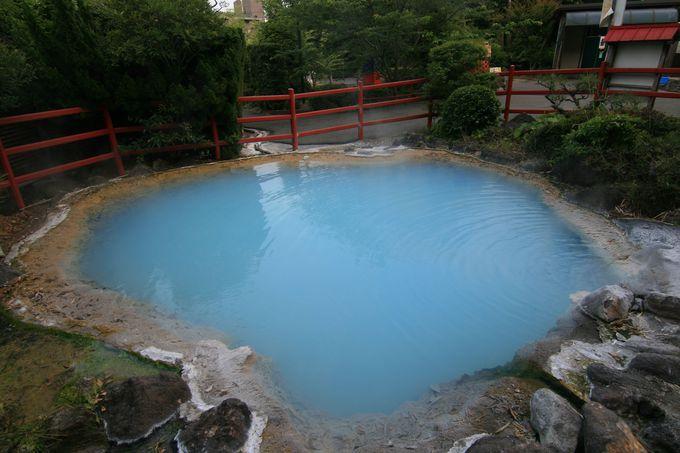 大変希少なコバルトブルーの温泉