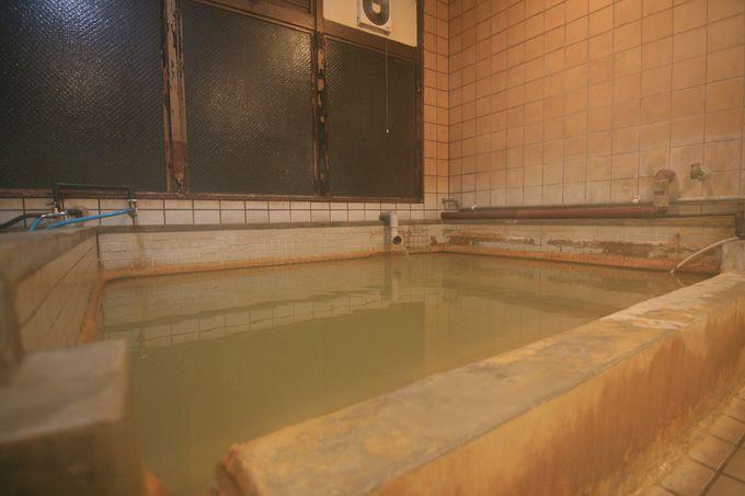 塩分の濃い情熱的な温泉